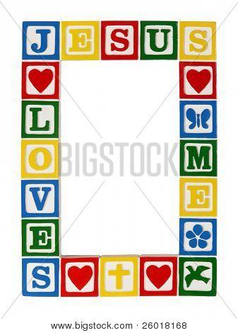 """ein Frame der primären Alphabet farbigen Blöcke, die buchstabieren """"liebt Jesus Me"""" isoliert auf gebaut"""