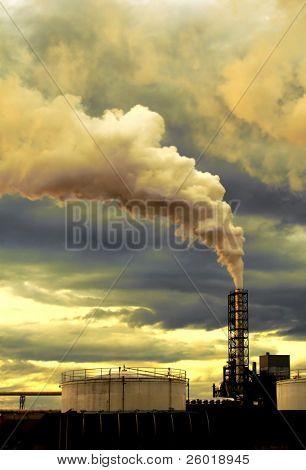 Humo saliendo de la chimenea de la fábrica