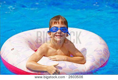 Junge spielen im pool