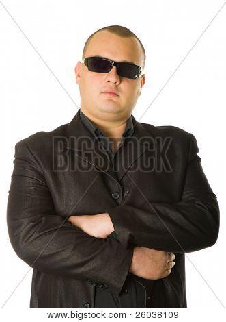 Hombre en traje negro en gafas de sol. Aislado sobre fondo blanco