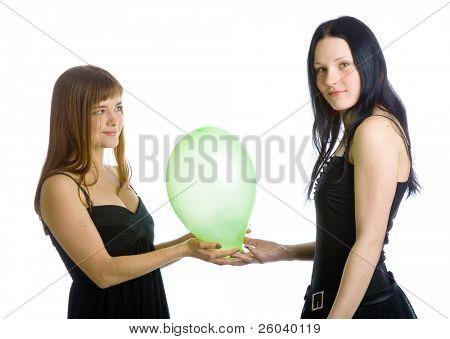 Zwei junge Mädchen mit grünen Luftballons. Isoliert auf weißem Hintergrund