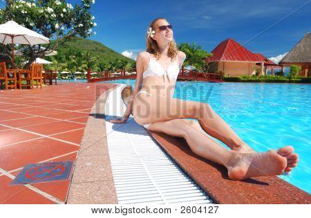 Mädchen in der Nähe von Pool