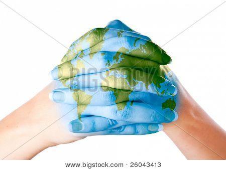 Mapa del mundo pintado en las manos. Aislado sobre fondo blanco