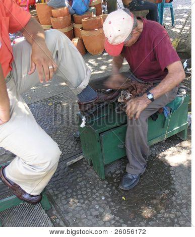Постер, плакат: человек очистка обувь, холст на подрамнике