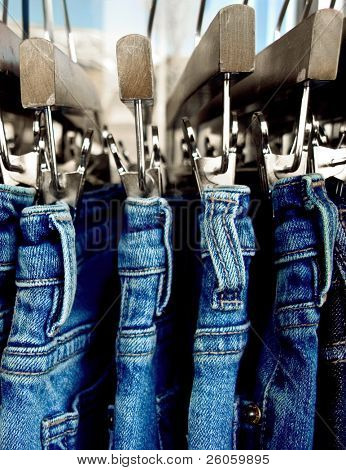 close up of Jeans auf einem rack