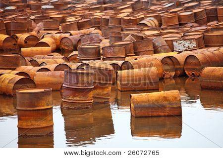 Combustible oxidado y tambores químicos en la costa ártica