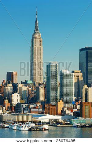 New York City Skyline über Hudson Fluss mit Boot und Wolkenkratzer mit Empire State Building.