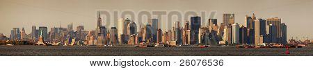 Panorama del horizonte de Manhattan de Nueva York con el Empire State Building y la estatua de la libertad sobre Hudso