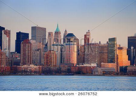 Puesta de sol de Nueva York con panorama del horizonte sobre el río Hudson con rascacielos.