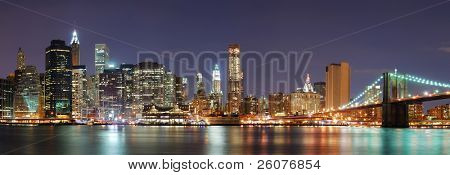 Panorama de Manhattan New York City skyline com ponte de Brooklyn e escritório arranha-céus no edifício