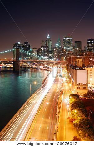 Skyline von New York City Manhattan und Brooklyn Bridge mit Wolkenkratzern über Hudson River beleuchtet w