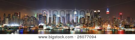 New York City Manhattan Skyline Panorama in der Nacht über Hudson River mit Refelctions betrachtet von neu