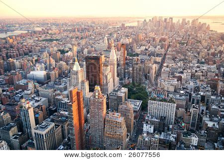 Vista aérea de Manhattan Nueva York skyline al atardecer con edificio de oficinas rascacielos y el río Hudson