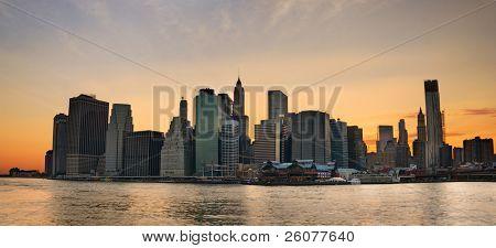 New York City Manhattan Skyline sunset Panorama mit Büro Wolkenkratzer bauen über Hudson river