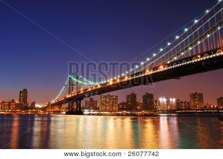 New York City Manhattan Brücke über den Hudson River mit Skyline nach Sonnenuntergang Nacht beleuchteten wi anzeigen