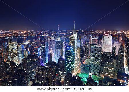 Vista aérea de panorama de Manhattan Times Square de Nueva York en la noche con edificio rascacielos de oficinas