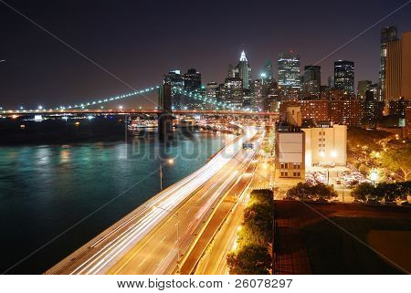 Urban New York City Manhattan Skyline und Brooklyn-Brücke mit Wolkenkratzern über den Hudson River illumin