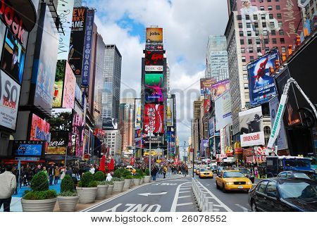 NEW YORK CITY, NY - 5 SEP: Times Square se presenta con signos de teatros de Broadway y LED como símbolo