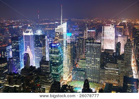 Panorama de vista aérea de skyline de New York City Manhattan Times Square à noite com arranha-céus e stre
