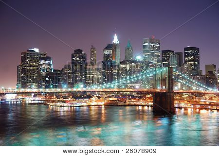 New Yorker Brooklyn Bridge und Manhattan Skyline mit Wolkenkratzern über Hudson River beleuchtet w