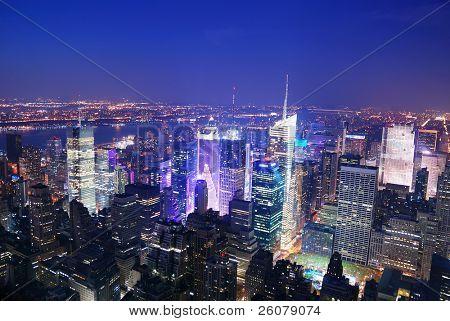 Panorama de vista aérea de skyline de Manhattan Times Square de Nueva York en la noche con rascacielos y stre