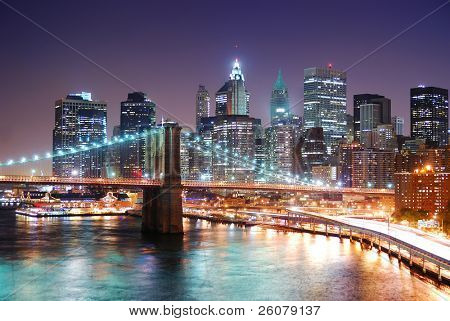 New York City Manhattan Skyline und Brooklyn Bridge mit Wolkenkratzern über Hudson River beleuchtet w