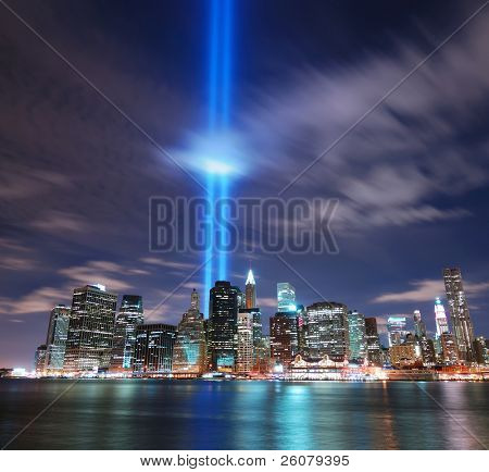 NEW YORK CITY, NY - 11 SEP: Haces de luz se encienden en el sitio en la memoria del World Trade Center destroye