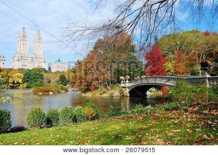 New York City Manhattan Central Park Panorama im Herbst See mit Brücke Wolkenkratzer und bunten tr