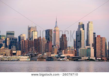 New York City Manhattan sunset Panorama mit historischen Wolkenkratzern über Hudson River mit schönen