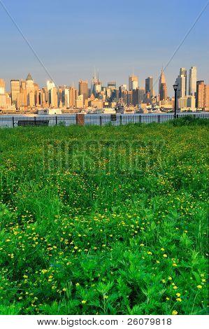 Vistas midtown Manhattan de Nueva York de Nueva Jersey Hudson River waterfront park con verde