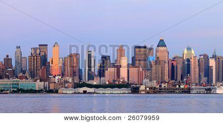 New York City Manhattan sunset Panorama mit historischen Wolkenkratzern über Hudson River gesehen aus ne