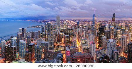 Chicago horizonte panorama vista aérea con rascacielos sobre el lago Michigan con cielo nublado al atardecer.