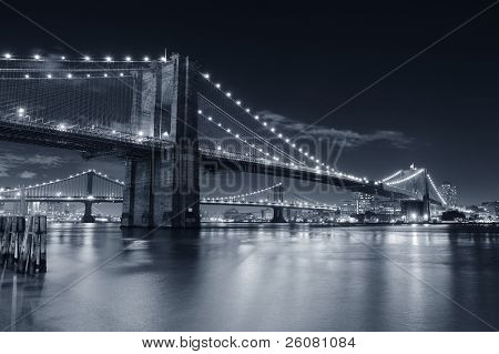 Brooklyn Brug over de East River in de nacht in zwart-wit in New York City Manhattan met verlichting een