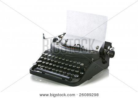 Jahrgang portable Schreibmaschine mit Papier auf weiß.