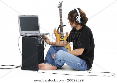 Menino adolescente com Amp de guitarra elétrica e portátil.