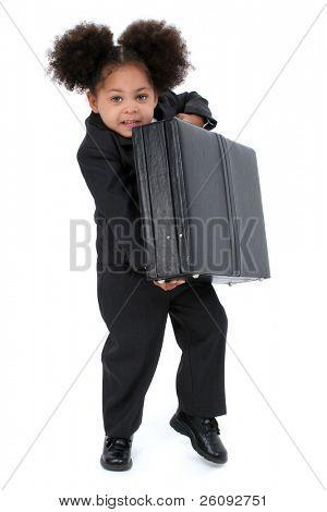 schöne kleine Business Woman with Aktenkoffer mit großen Hasel Augen Aufhebung einer Aktentasche.