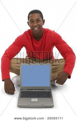 Hombre joven atractivo apuntando a la pantalla del ordenador portátil. Vistiendo pantalones caqui y camisa de rojo de manga larga. Rodada en st