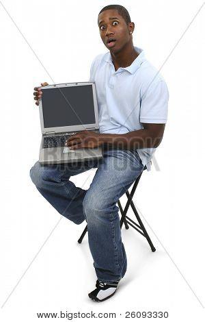 Homem casual com computador portátil e chocado expressão no rosto. Filmado em estúdio sobre branco.