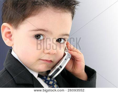 Hombrecillo discutir importantes negocios en el teléfono celular. Rodado en estudio.