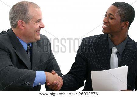 Dos empresarios sonriendo y agitando las manos. Disparó en estudio sobre el blanco.