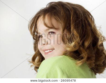 schöne fünf Jahre altes Mädchen mit großen locken und großen Lächeln.