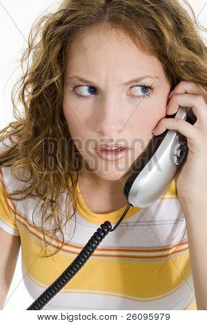 Teen Mädchen auf Haus Telefon bekommt schlechte Nachrichten.