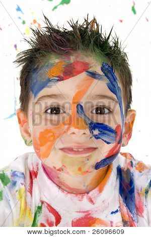 Muchacho hermoso niño cubierto de pintura brillante.