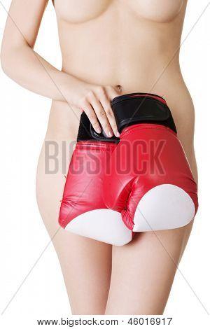 Corpo de mulher nua apto lindo com luvas de boxe. Conceito de feminismo. Isolado no branco