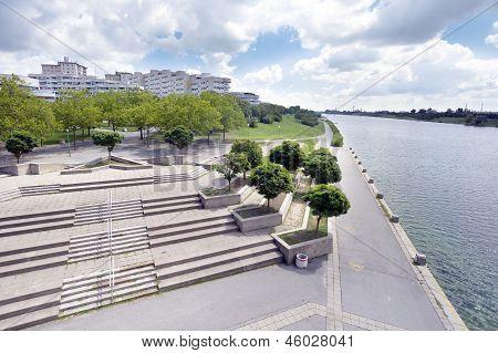 Viena moderna Donau cidade junto ao rio Danúbio