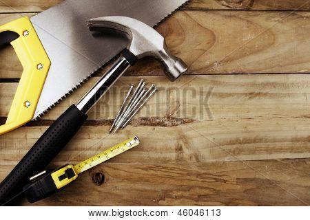Martelo, pregos, fita métrica e Serra na madeira