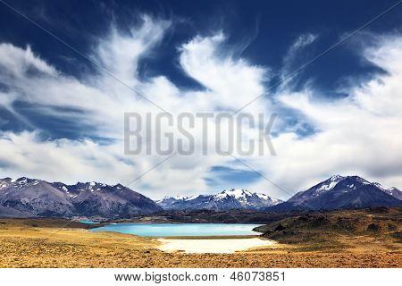 O enorme deserto Parque Nacional Perito Moreno, na Patagônia, Argentina. Forte vento transforma as nuvens