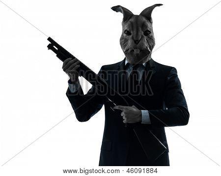 caucasian Man Kaninchen Maske Jagd mit Flinte Portrait im Silhouette Studio isoliert auf weiß b