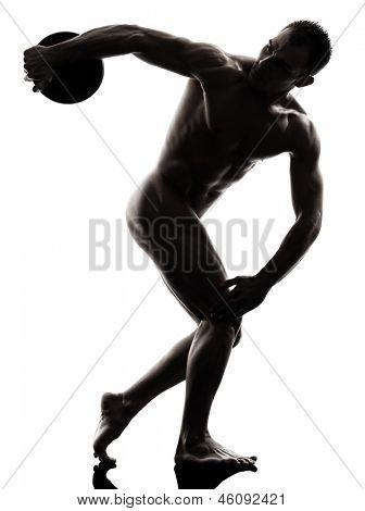 um caucasiano bonito nu homem musculoso exercitando discóbolo no studio silhueta em branco backgr