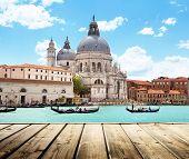 Постер, плакат: Базилика Санта Мария делла Салюте Венеция Италия и деревянные поверхности